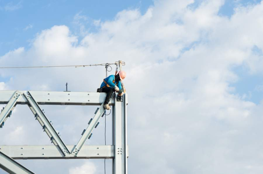 Personnel travaillant à haute altitude sur une structure en acier