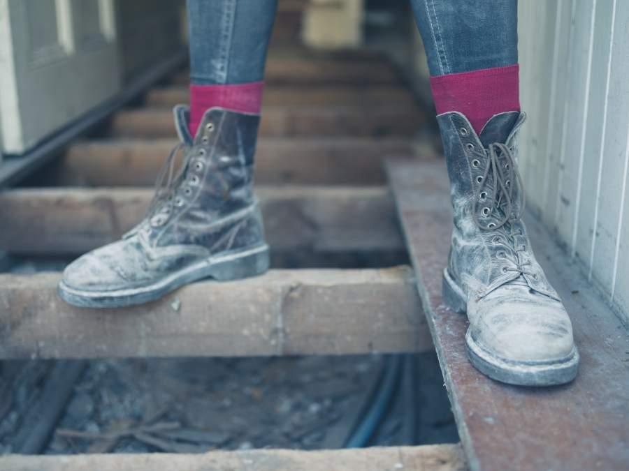 Des chaussures de sécurité poussiéreuses avec un support sécurisé sur le chantier de construction