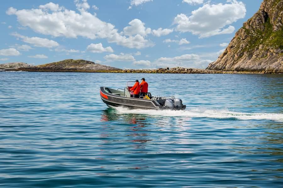 Deux hommes sortent de la baie sur un petit bateau à moteur.